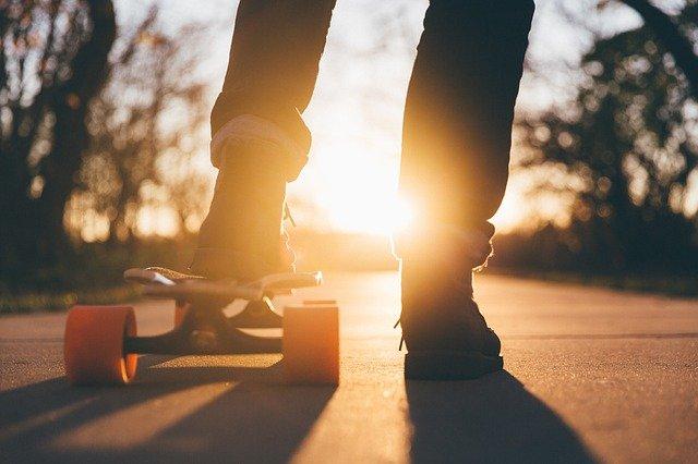 un hombre en patineta Ejemplos De Problemas De Energía
